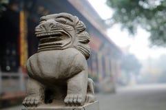 Chińczyka kamienny lew w mgle Obraz Stock