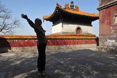 'chi' del Tai di pratica della donna delle lombate a Pechino Cina immagini stock libere da diritti