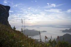 Chi Fah Phu ταξιδιού στο καταπληκτικό ταξίδι απότομων βράχων ομίχλης της Ταϊλάνδης/βουνών και ουρανού Στοκ Εικόνες