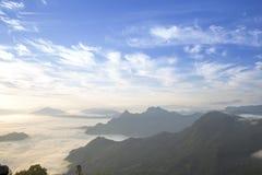 Chi Fah Phu ταξιδιού στο καταπληκτικό ταξίδι απότομων βράχων ομίχλης της Ταϊλάνδης/βουνών και ουρανού Στοκ Φωτογραφία