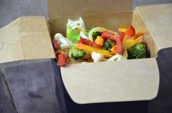 Chi?scy kluski z warzywami Sk?adniki w pude?ku: kluski, kurczaka mi?so, pieczarki, broku?y, pieprz, sa?ata, asparagus i zdjęcia stock