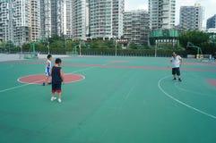 Chińska dziecko sztuki koszykówka z ich ojcem Fotografia Royalty Free