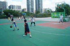 Chińska dziecko sztuki koszykówka z ich ojcem Obraz Royalty Free