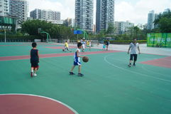Chińska dziecko sztuki koszykówka z ich ojcem Fotografia Stock