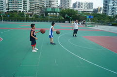Chińska dziecko sztuki koszykówka z ich ojcem Zdjęcia Stock