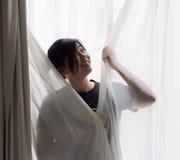 Chińska dziewczyny pozycja przed okno Obraz Royalty Free