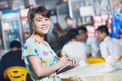 Chińska kelnerka restauracja z menu Fotografia Stock