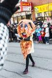Chińska nowy rok parada: Pizzy dziewczyna Daje Out talonom Obraz Stock