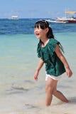 Chiński dziewczyny odprowadzenie w morzu Zdjęcia Royalty Free
