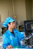 Chiński pracownik na fabryce w Shenzhen fotografia stock