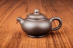 Chiński teapot dalej woden biurko Zdjęcie Royalty Free