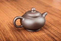 Chiński teapot dalej woden biurko Obrazy Royalty Free