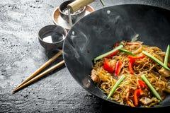 chi?ski wok Gorący Azjatyccy celofanowi kluski w smaży niecki wok zdjęcie royalty free