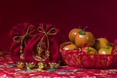 Chińskie nowy rok dekoracje na czerwonym tle, Zdjęcia Stock