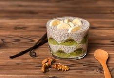 Chia在玻璃杯子做用香蕉,猕猴桃的种子布丁,装饰 免版税库存图片