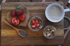 Chia播种在木背景wiyh咖啡的布丁 艺术品早餐编辑可能的梯度不分层堆积使用的集 库存图片