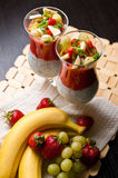 Chia种子和草莓奶油甜点在酒杯 库存图片