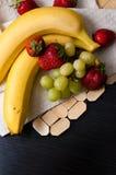 Chia种子和草莓奶油甜点在酒杯 库存照片