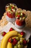 Chia种子和草莓奶油甜点在酒杯 免版税图库摄影