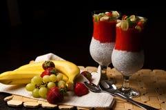 Chia种子和草莓奶油甜点在酒杯 图库摄影