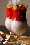 Chia种子和草莓奶油甜点在酒杯 免版税库存照片