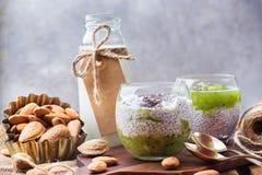 Chia种子布丁用杏仁牛奶和新鲜水果顶部 图库摄影