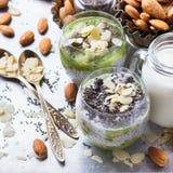 Chia种子布丁用杏仁牛奶和新鲜水果顶部 库存图片