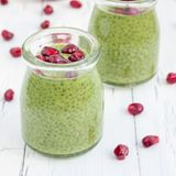 Chia种子布丁用matcha绿茶,装饰用石榴,正方形 免版税图库摄影