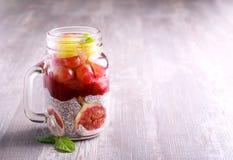 Chia种子酸奶和果子无花果和葡萄分层了堆积健康snac 免版税库存图片