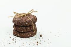 堆健康巧克力,杏仁和chia播种在白色的曲奇饼 免版税库存图片