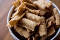 Chia Chips of Crackers in een kom Royalty-vrije Stock Afbeeldingen