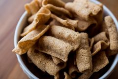 Chia Chips ou biscoitos em uma bacia Imagens de Stock Royalty Free
