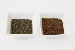 Chia e sementes de linho isoladas no fundo branco Fotos de Stock Royalty Free