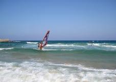 Chia, Itália - 15 de agosto de 2009: Homem não identificado que faz esportes de água Foto de Stock