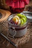 Chia kärnar ur pudding med frukt Arkivfoton