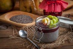 Chia kärnar ur pudding med frukt Royaltyfri Bild