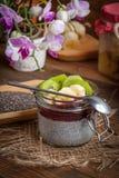 Chia kärnar ur pudding med frukt Royaltyfri Foto