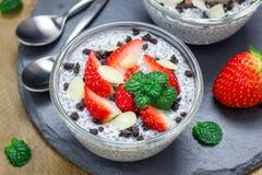 Chia kärnar ur pudding med jordgubbar, mandeln, chokladkakasmulor Royaltyfria Bilder
