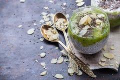 Chia kärnar ur pudding med mandeln mjölkar och toppning för ny frukt Royaltyfri Fotografi