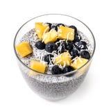 Chia Pudding Isolated i exponeringsglas med blåbärmango och Shredd Arkivfoton