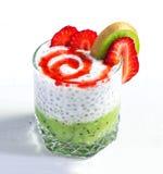 Chia pudding med jordgubben och kiwin Royaltyfri Foto