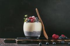 Chia-Pudding mit Reisbrei Stockfoto