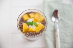 Chia Pudding Parfait com pêssego imagens de stock royalty free