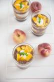 Chia Pudding Parfait com pêssego imagens de stock
