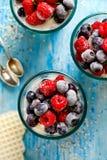 Chia pudding z truskawkami i czarnymi jagodami w szkłach na drewnianym błękita stole, zdrowej diety pojęcie fotografia stock