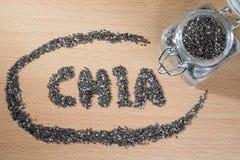 Chia słowo robić od chia ziaren na drewnianym talerzu Obraz Stock