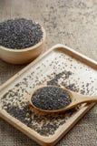 Chia-Samen auf einem hölzernen Löffel gegen Leinwandhintergrund Stockfotos