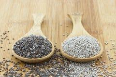 Chia-Samen auf hölzernem Löffel lizenzfreie stockbilder