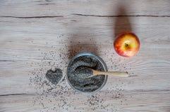 Chia-Samen in der Schüssel mit, in der Apfel- und Herzdekoration Stockfotografie