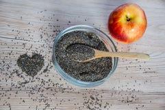Chia-Samen in der Schüssel mit, in der Apfel- und Herzdekoration Lizenzfreie Stockbilder